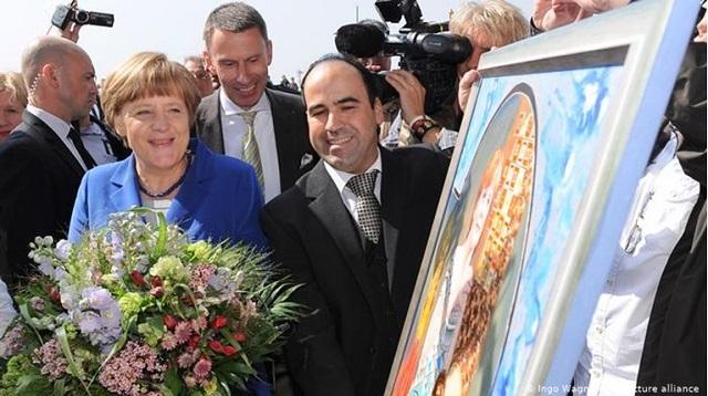 Αλέξης, ο μεγαλύτερος οπαδός της Μέρκελ -Ο Ελληνας εστιάτορας στη Γερμανία που της έστησε άγαλμα