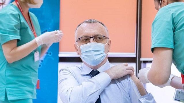 Ρουμάνος υπουργός βρήκε το τέλειο... πουκάμισο εμβολιασμού! [βίντεο]