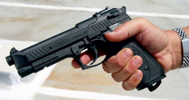 Μπήκε σε αυλή σχολείου στον Βόλο κι έδειχνε το όπλο του σε παιδιά