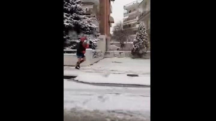 Σέρρες: Βγήκε με το σορτσάκι στο χιόνι για να πάρει λουλούδια