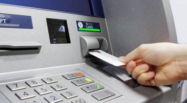 Βρήκε πορτοφόλι και προχώρησε σε αγορές με τραπεζικές κάρτες