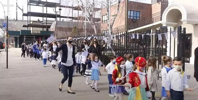 Ελληνόπουλα στην Νέα Υόρκη κάνουν παρέλαση για την 25η Μαρτίου (vids)