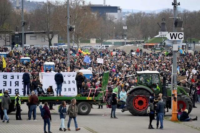 Γερμανία: Διαδήλωση χιλιάδων αρνητών του κορονοϊού –Πάσχα σε… πάρκινγκ και μέσω ίντερνετ (pics)