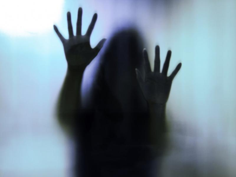 Νέα Σμύρνη: Την βίασε & την κούρεψε μπροστά σε άλλους 4
