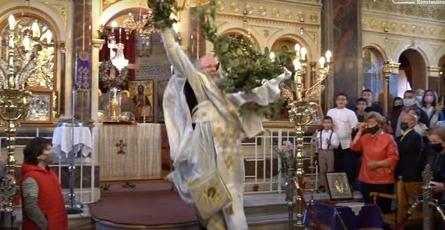 O «ιπτάμενος» ιερέας έκλεψε ξανά την παράσταση στην Χίο