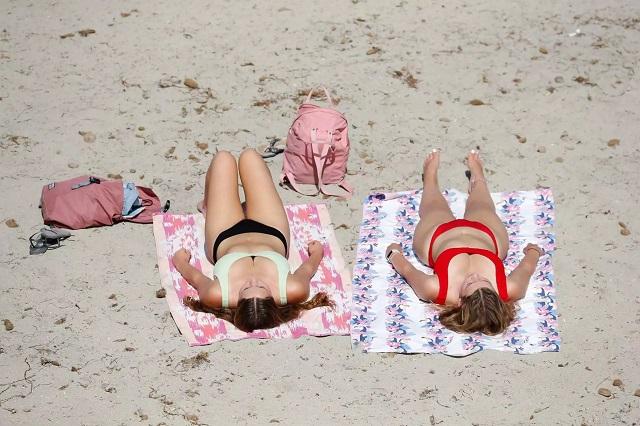 Αγωνία για τον τουρισμό: Η Βρετανία αφήνει προσωρινά εκτός «πράσινης λίστας» την Ελλάδα