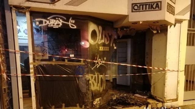 Άστεγος έβαλε φωτιά σε κατάστημα