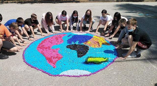 «Η γη είναι στο χέρι μας!»: Ψηφιδωτό του πλανήτη από καπάκια έφτιαξαν μαθητές