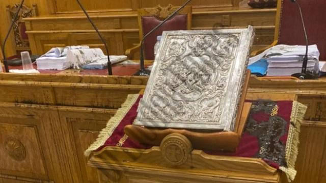 Εικόνες από την αίθουσα όπου ο ιερέας έριξε το βιτριόλι