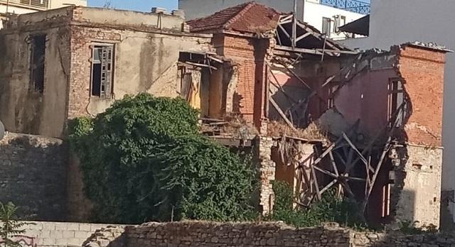 Καταρρέει διατηρητέο κτίριο στον κεντρικό ιστό του Βόλου