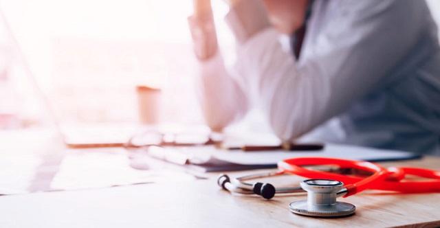 «Καμπάνα» σε γιατρό της Λάρισας για παραπληροφόρηση πολιτών για τον κορονοϊό και εμβολιασμό