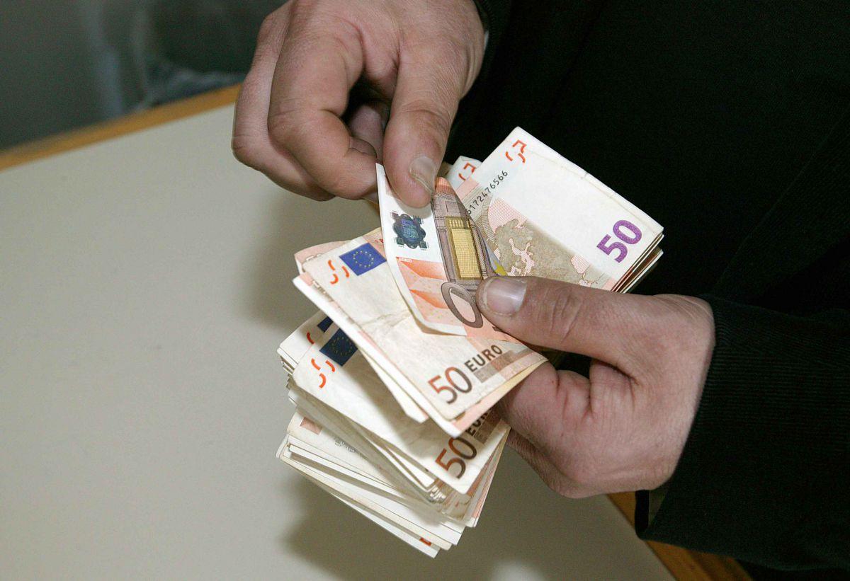 Λάρισα: Βρήκε μέσα σε θήκη καπνού 2.500 ευρώ – Τα παρέδωσε στην Αστυνομία