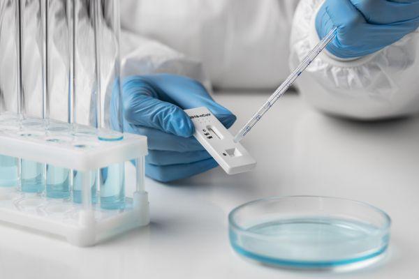 Χαρδαλιάς: Δύο υποχρεωτικά τεστ την εβδομάδα για τους ανεμβολίαστους εργαζόμενους σε τουρισμό και εστίαση