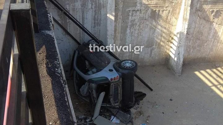 """Επεισοδιακή καταδίωξη στη Θεσσαλονίκη - Το αυτοκίνητο """"προσγειώθηκε"""" σε πάρκινγκ"""
