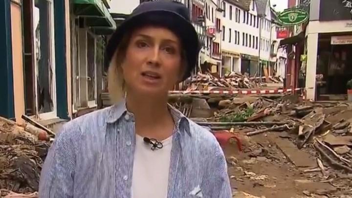 Σάλος στη Γερμανία με δημοσιογράφο που λερώθηκε με λάσπη για να δείξει ότι βοηθά πλημμυροπαθείς
