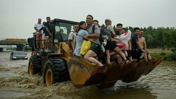 Κίνα: 51 οι νεκροί από τις πλημμύρες – Δραματικές διασώσεις με κάθε μέσο