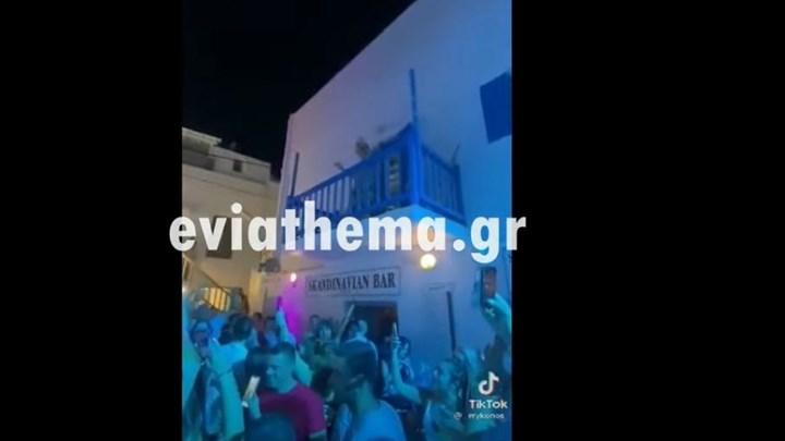 Μύκονος: Viral η γιαγιά που χορεύει στο μπαλκόνι του σπιτιού της... συμμετέχοντας σε πάρτι
