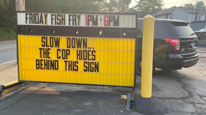 Η πινακίδα που προειδοποιεί για τον κρυμμένο αστυνομικό