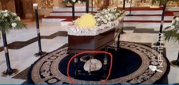 Το γατάκι που συγκλονίζει στο Ηράκλειο – Πάει στις κηδείες και παρηγορεί τους συγγενείς