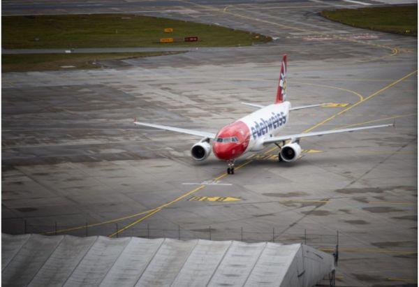 Αναγκαστική προσγείωση επειδή επιβάτης αρνούνταν να βγει από την τουαλέτα