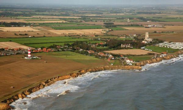Αγγλία: Η θάλασσα «καταπίνει» ένα ολόκληρο χωριό