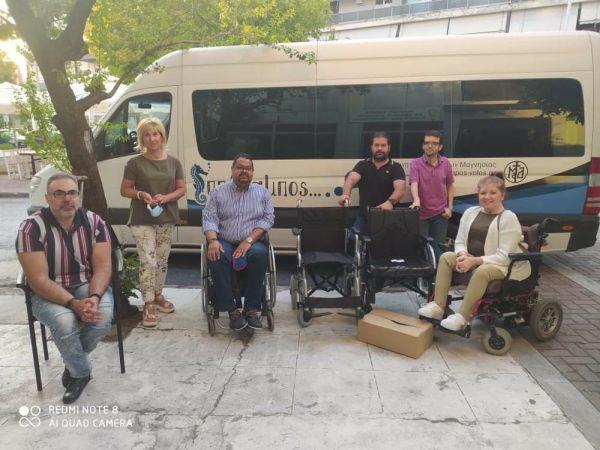 Δύο αναπηρικά αμαξίδια παραδόθηκαν στον δήμο Ρ. Φεραίου