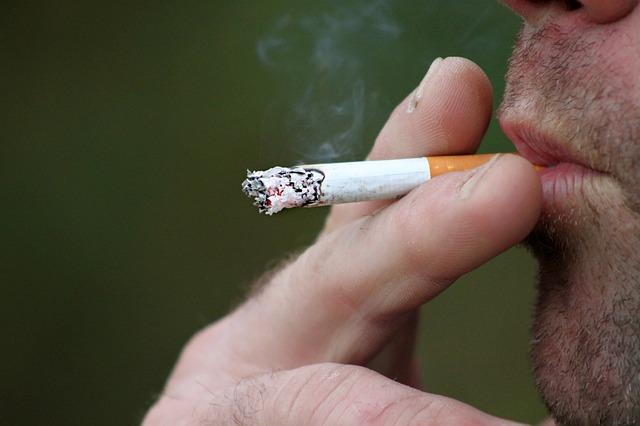 Κορoνοϊός: Οι καπνιστές κινδυνεύουν περισσότερο ή όχι;