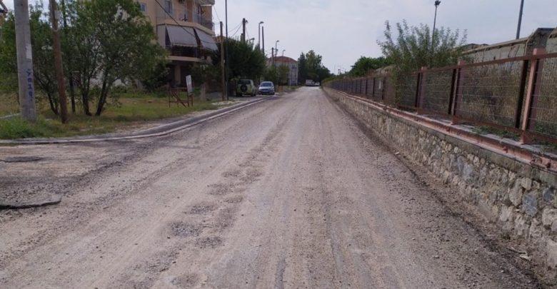 Αφαίρεσαν την παλιά άσφαλτο σε δρόμο στη Λάρισα για να στρώσουν καινούργια, όμως… τον ξέχασαν και έγινε χωματόδρομος