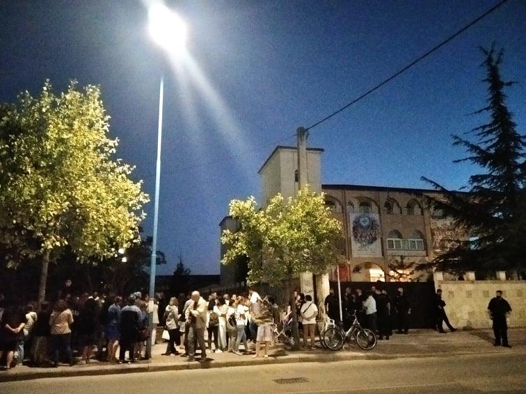 Λάρισα: Διαμαρτυρήθηκαν στην Μητρόπολη για τα εμβόλια