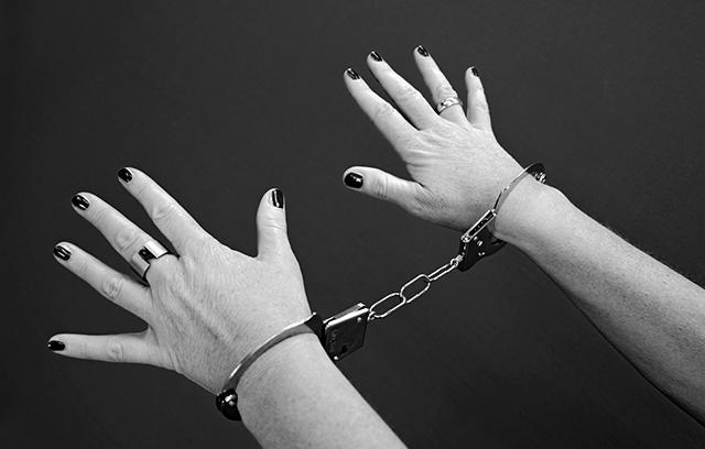Κρήτη – Χειροπέδες σε δεκαοκτάχρονη – Έκλεψε κοσμήματα και λίρες αξίας 13.000 ευρώ