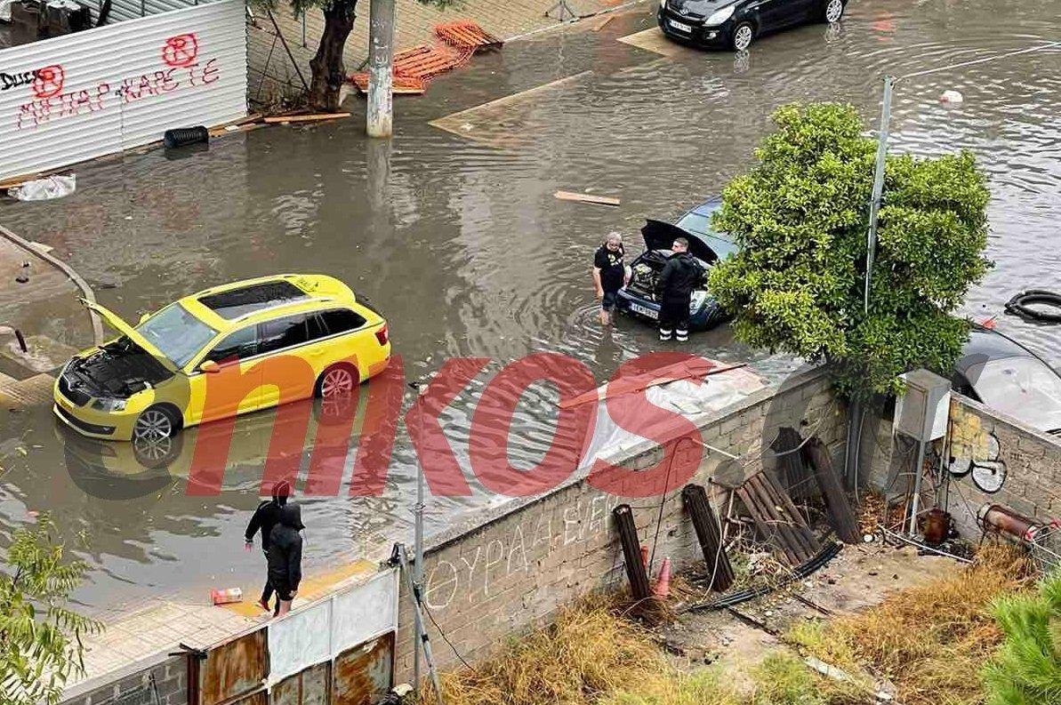 """Η κακοκαιρία """"Μπάλλος"""" χτυπά την Αττική: Κλειστοί δρόμοι, πλημμύρισαν σχολεία και σπίτια"""