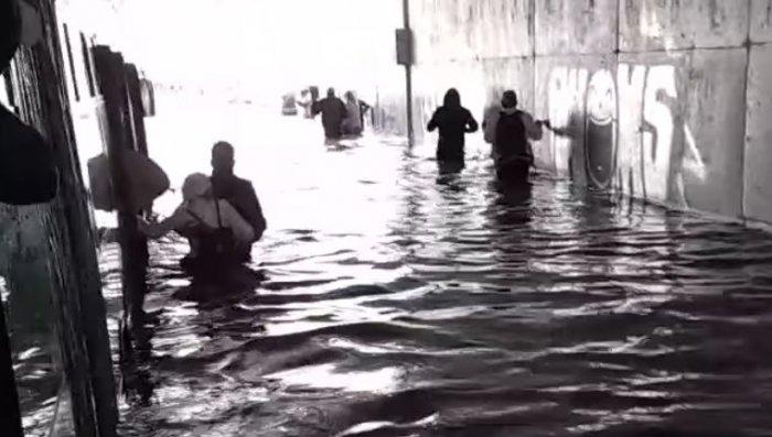 Κακοκαιρία Μπάλλος: Η στιγμή που οι επιβάτες λεωφορείου βγαίνουν από λεωφορείο που εγκλωβίστηκε στα νερά