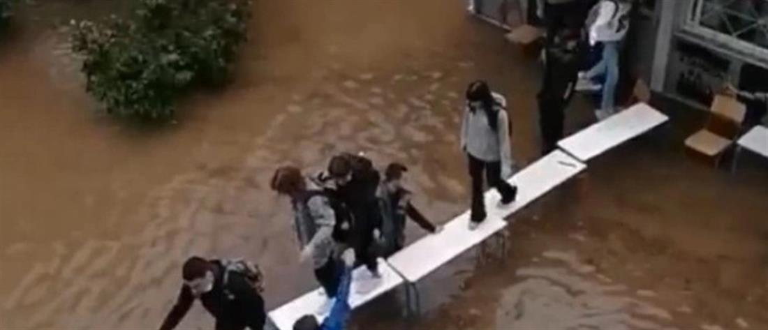 """""""Μπάλλος"""": απεγκλωβισμός μαθητών με """"γέφυρα"""" με θρανία (βίντεο)"""