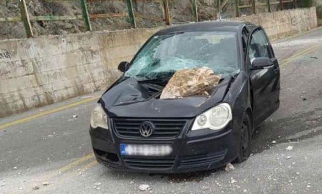 """Αράχωβα: Βράχος """"καρφώθηκε"""" σε καπό αυτοκινήτου – Από θαύμα σώθηκαν οι επιβάτες – ΒΙΝΤΕΟ"""