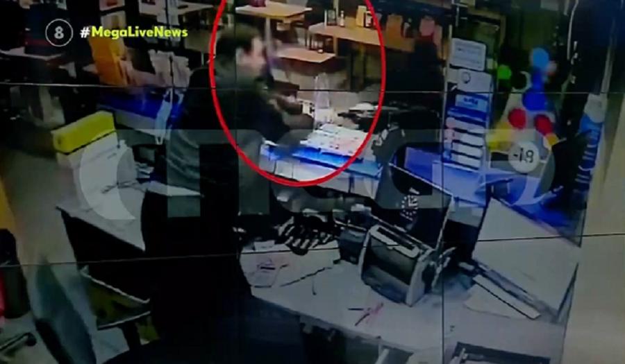 Νέα Ιωνία: Η στιγμή που ιδιοκτήτης πρακτορείου αρπάζει το όπλο από τα χέρια ληστή