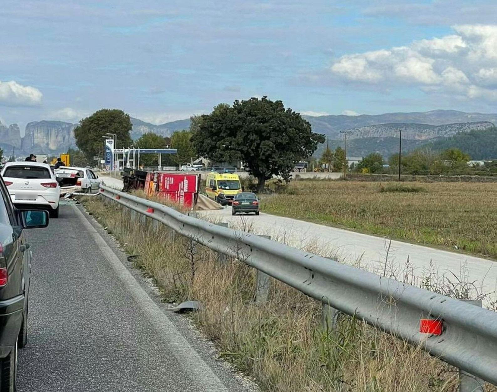 Σφοδρό τροχαίο στο δρόμο για Καλαμπάκα – Νταλίκα ντελαπάρισε και αυτοκίνητο έγινε σμπαράλια