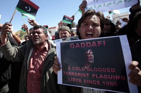 Σφίγγει ο κλοιός για τον Καντάφι