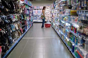 Μόνο τα αναγκαία  αγοράζουν οι καταναλωτές