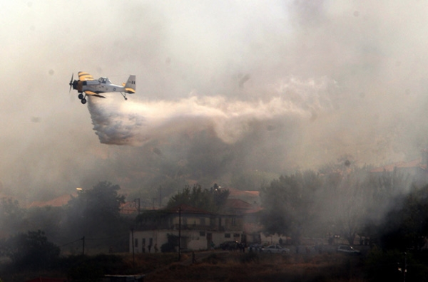 Μάχη με τις φλόγες σε ολόκληρη τη χώρα