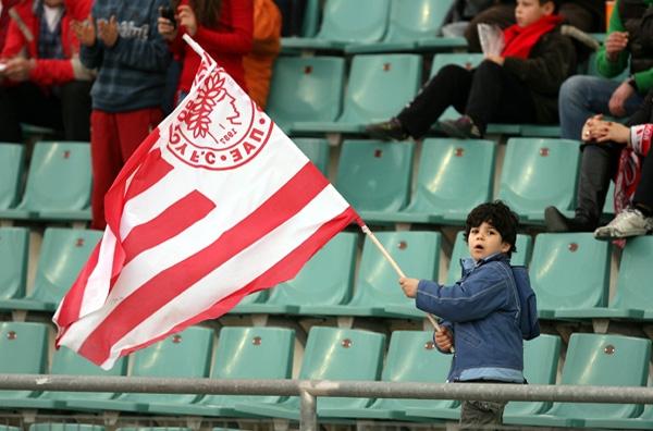 Κρατούν ψηλά τη σημαία