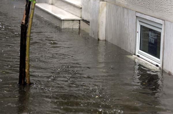 Σπάσανε φράγματα, πλημμύρισαν οικίες