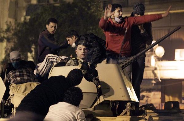 «Φλέγεται» η Αίγυπτος, δεκάδες νεκροί στους δρόμους