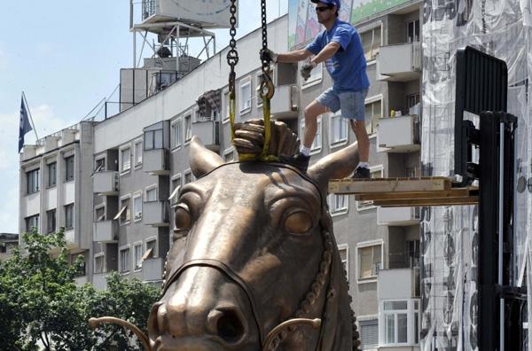 Στήνουν το άγαλμα - γίγαντα του Μ. Αλεξάνδρου