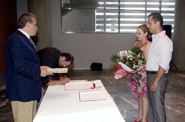 Λύση για το «καπέλο» στους πολιτικούς γάμους