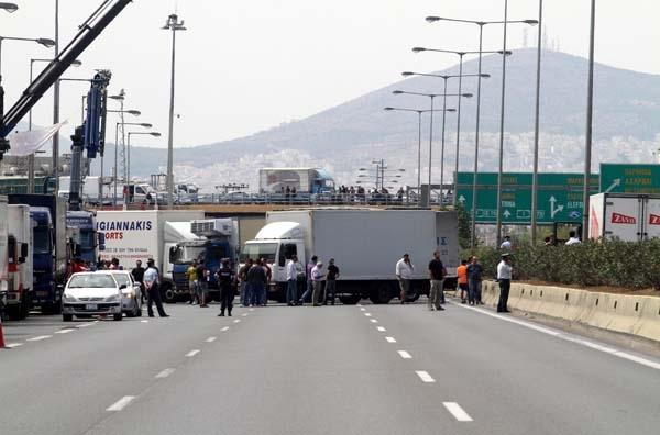Κλεφτοπόλεμος με μπλόκα φορτηγών