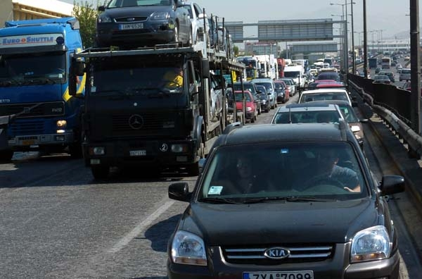 Μετωπική σύγκρουση κυβέρνησης - φορτηγών