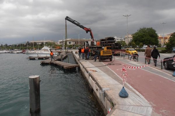 Ξηλώθηκε η πλωτή μαρίνα στο λιμάνι