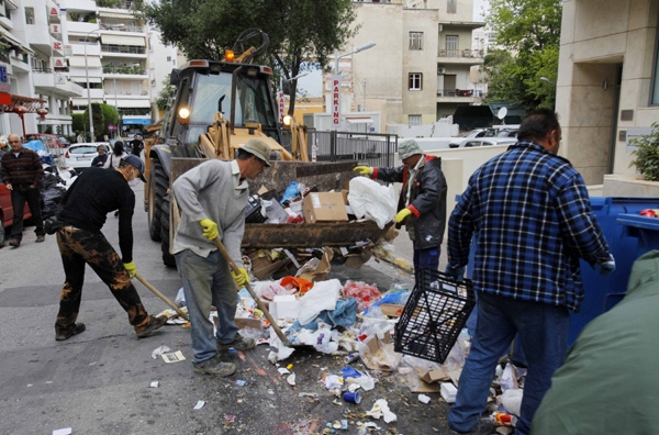 Σκληραίνει η κόντρα για τα σκουπίδια