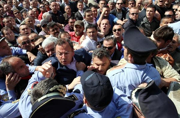 Διαδηλώσεις και συγκρούσεις στα Τίρανα
